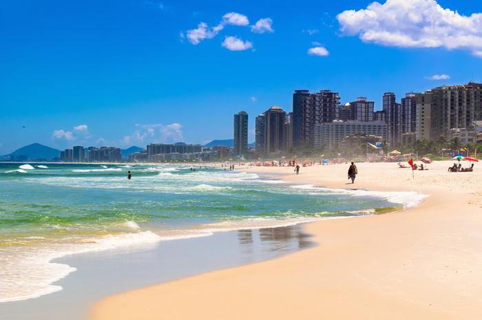 A praia da Barra da Tijuca agrada tanto os que procuram agito quanto os que querem sossego e descanso