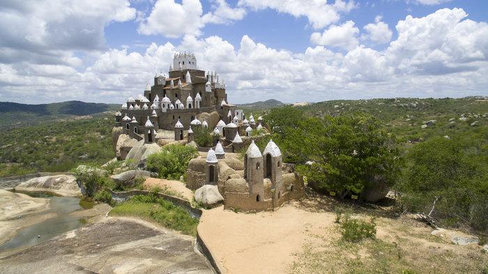 A beleza do Castelo Zé dos Montes contrasta com a paisagem da Serra do Tapuia © SergioRocha / Shutterstock