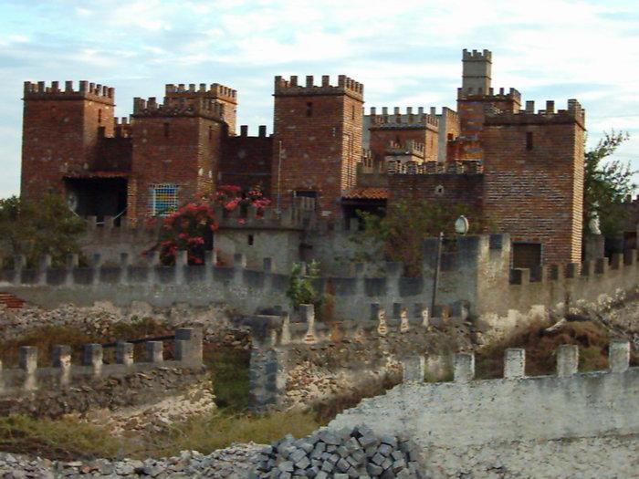 No auge de sua construção, o Castelo de Engady teve inspirações bíblicas, com direito a sete torres © Foto: Divulgação