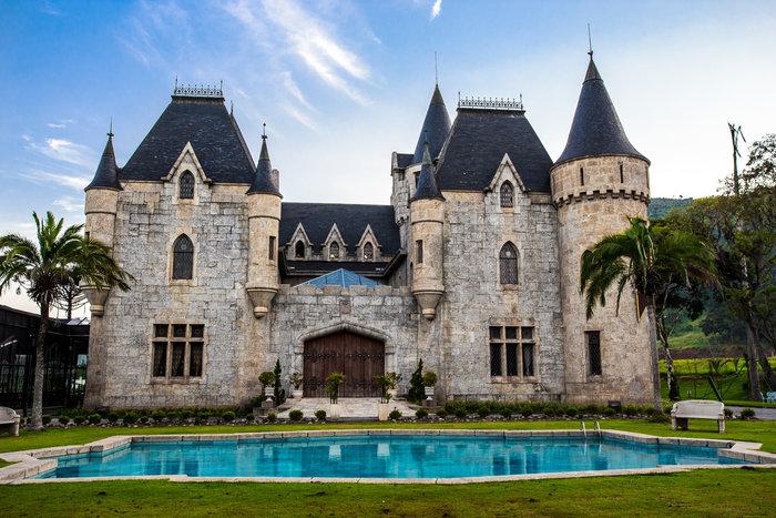O Castelo de Itaipava é hoje um luxuoso hotel em Petrópolis, e este que é um dos castelos no Brasil com maior beleza, já serviu de cenários para novelas e filmes © Foto: Divulgação