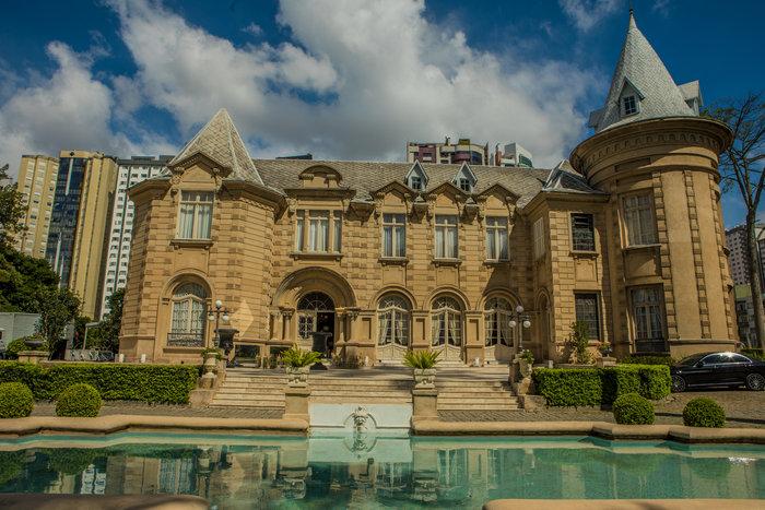 Com arquitetura inspirada nos castelos franceses de Loire, o Castelo do Batel funciona hoje como centro de eventos © Foto: Divulgação