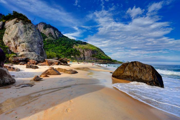 O acesso é difícil e a infraestrurura mínima, mas a Prainha é hit absoluto na capital carioca