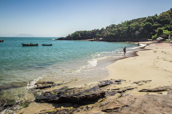 Pequenina mas de beleza incomparável, a Praia da Azeda é uma das mais populares de Búzios