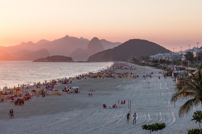 Vale a pena curtir o por do sol na praia de Piratininga, uma das mais bonitas de Niterói