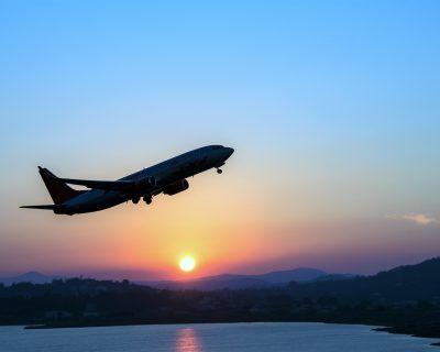 foto de uma avião levantando voo e, ao fundo, um por dos ol