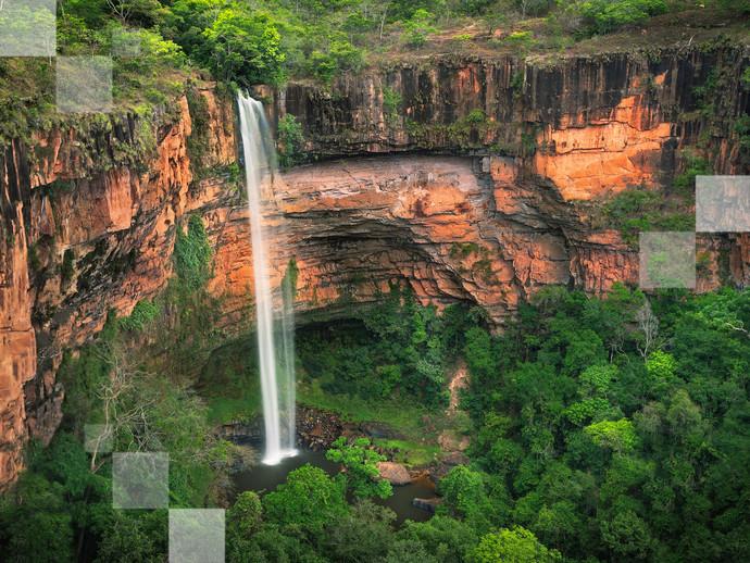 Suba até o mirante para aprecia toda a imponência da Cachoeira Véu de Noiva, na Chapada dos Guimarães