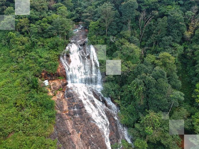 Comece a sonhar com um banho relaxante ao pé dos 44 metros de queda d'água da Cachoeira Barra Azul, em Bonito