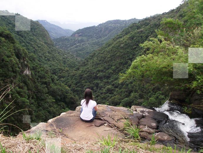 Hora de sentar e apreciar a belezas naturais ao redor da Cachoeira do Avençal, em SC