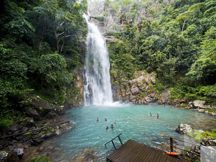 Mergulhe na piscina natural de água azul e cristalina que se forma na Cachoeira Serra Azul