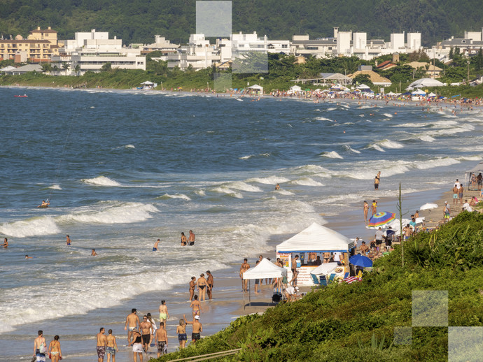 Seja nos blocos pelas ruas, seja em uma de suas lindas praias: Floripa é sempre incrível no Carnaval