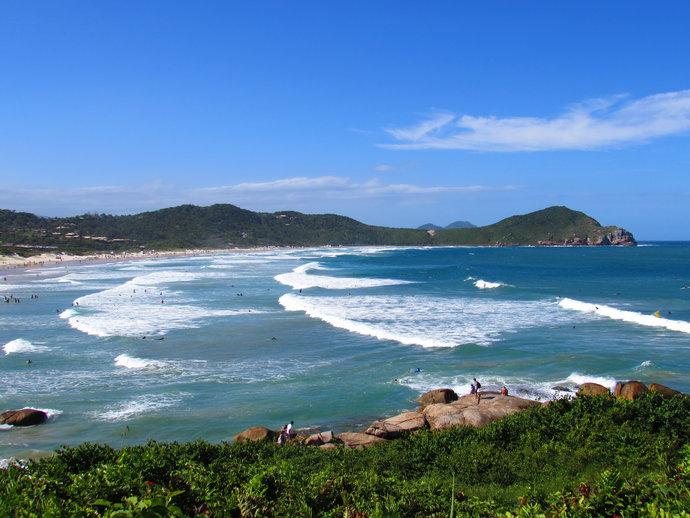 Em Garopaba, a Praia do Rosa é um dos destinos mais disputados para passar a virada do ano