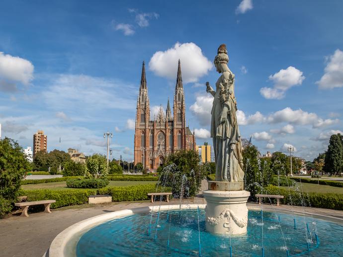 Em La Plata, não deixe de visitar a Catedral e a fonte da Plaza Moreno