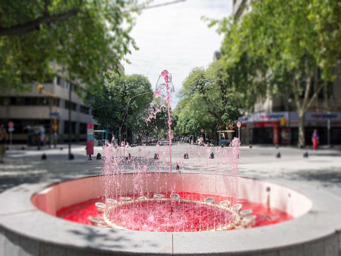 A fonte vermelha ilustra o quanto Mendoza é orgulhosa de seus maravilhosos vinhos