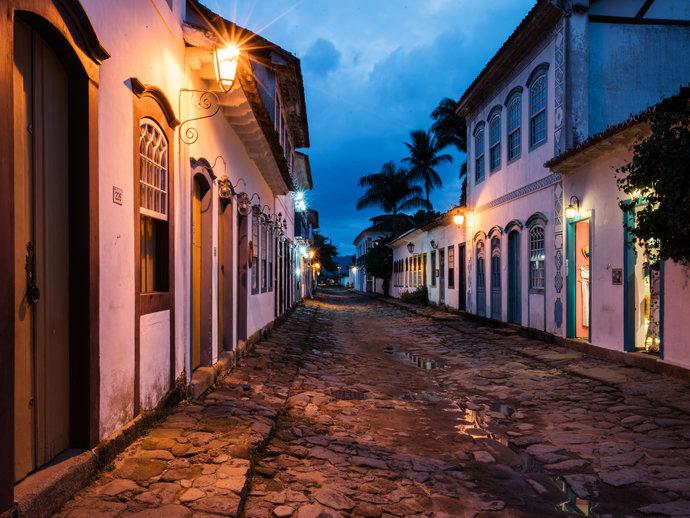 As ruas históricas de Paraty ficam ainda mais charmosas durante a noite