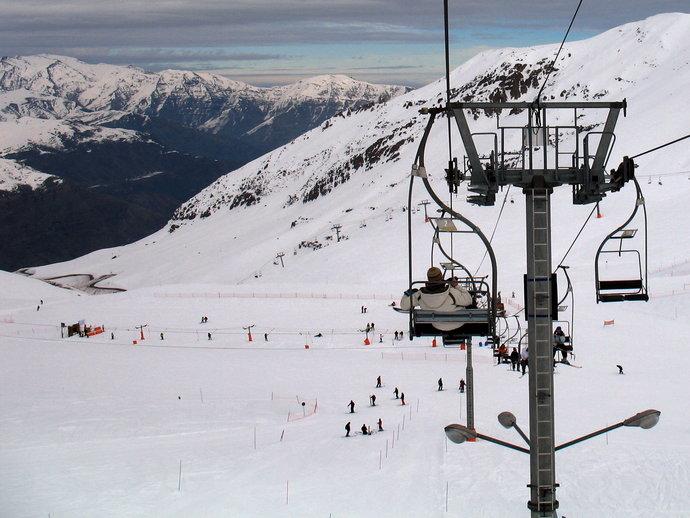 Aproveite a estação para esquiar em meio a linda paisagem da Cordilheira dos Andres