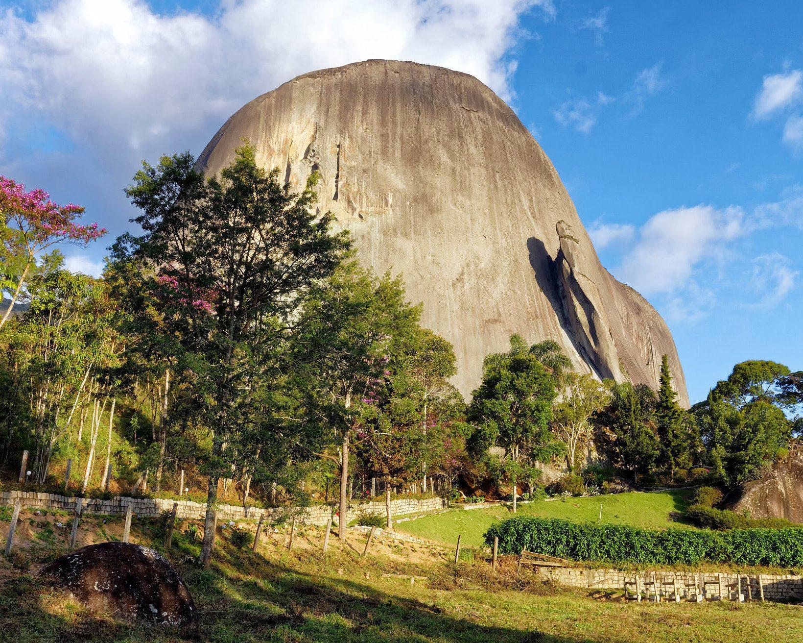 A Pedra Azul, com seus quase dois mil metros de altura, é um símbolo do ES