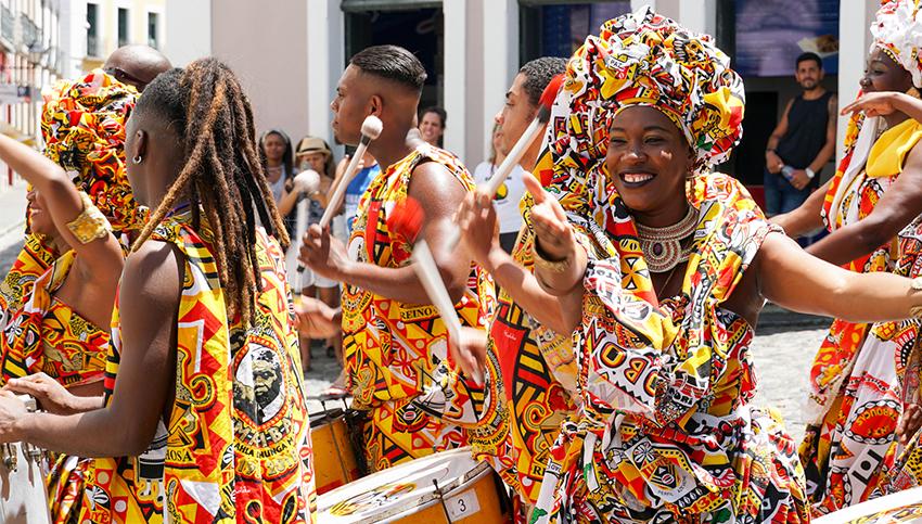 O Carnaval em Salvador é um dos mais tradicionais do país, conhecido pelos seus blocos de rua e trios elétricos