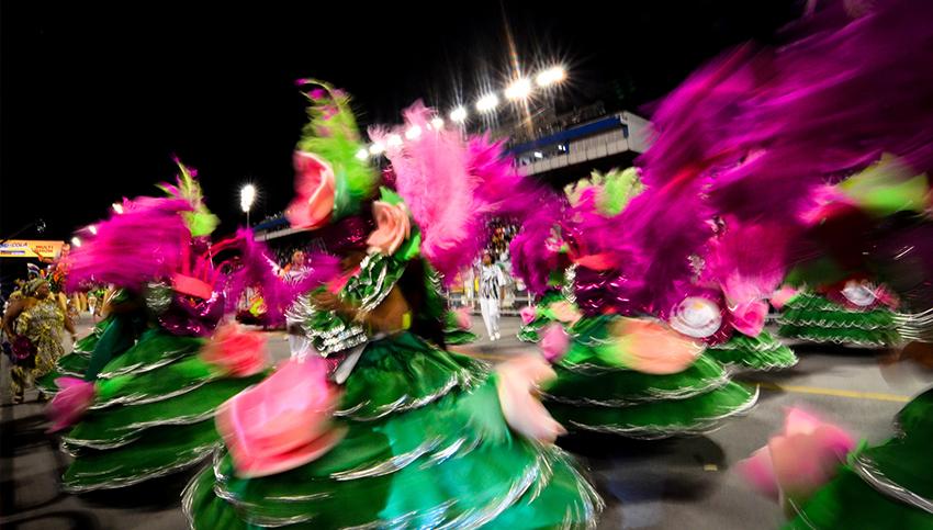 O Carnaval em São Paulo conta com blocos de rua e desfiles de escolas de samba