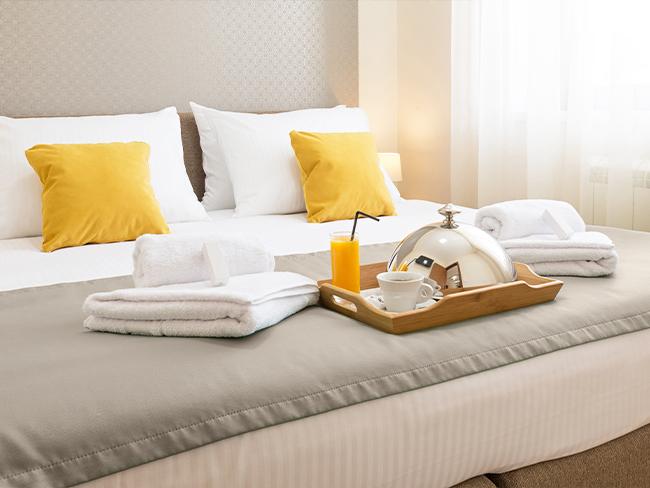 foto de um café da manhã em cima da cama de hotel