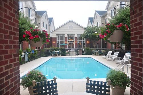 Homewood Suites by Hilton Charlotte Airport - Charlotte - Piscina
