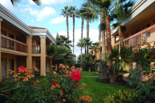 Best Western Palm Court Inn - Modesto - Edifício